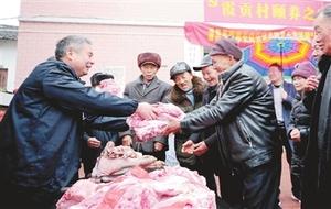 分宜:向洞村乡霞贡村颐养之家的老人捐赠猪肉