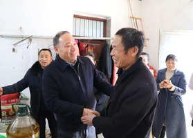 把党和政府的温暖送到心坎上  朱仕木走访慰问贫困户和老党员