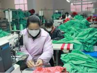 瑞昌一企业加紧生产20万件服装出口