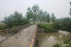 两条钢护栏,解决村民过桥难