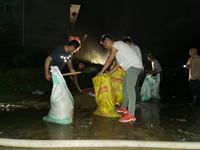 洪水来临,他们雨夜抢险……