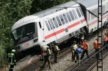 英国苏格兰一火车发生脱轨事故