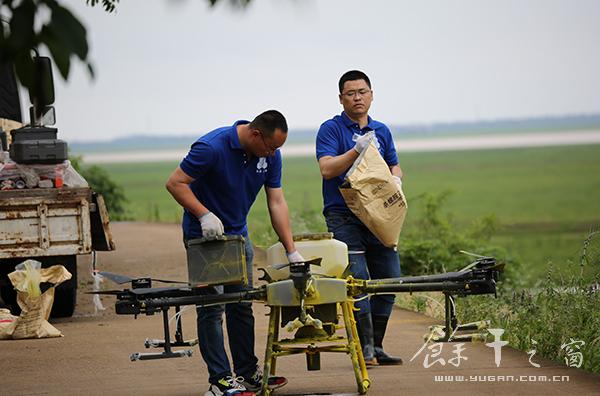 首次!我县举行无人机杀灭钉螺飞行实验